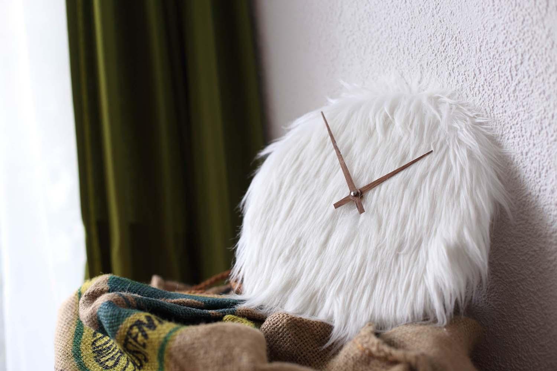 Uhr mit Ziffernblatt aus Lammfell